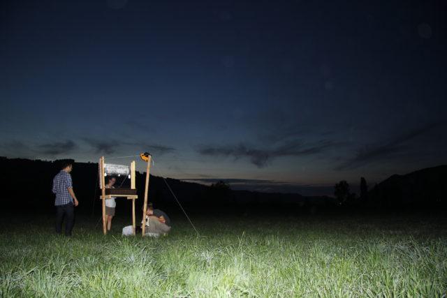 Eine Forschungsgruppe baut ein Feldexperiment in der Nähe der Gürbe auf